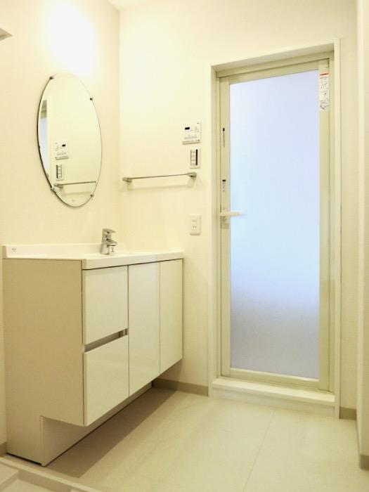 サニタリールーム。お手入れしやすいコーティング仕様。AZUR YABACHO 3C号室。上品なホワイトの中で。0