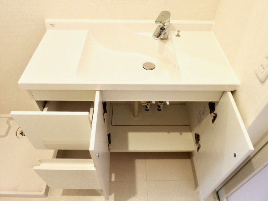 サニタリールーム。お手入れしやすいコーティング仕様。AZUR YABACHO 3C号室。上品なホワイトの中で。3