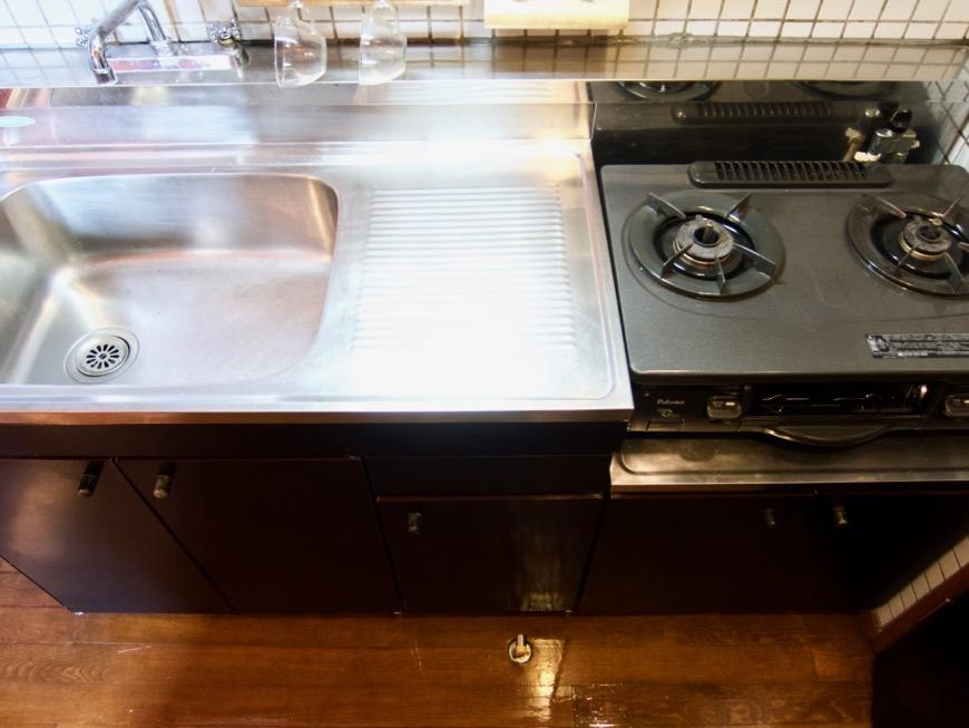 キッチン。レトロ感溢れるキッチン台。ARK HOUSE 8C5