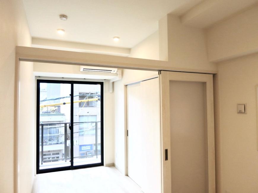 3.6帖の洋室。AZUR YABACHO 3C号室。上品なホワイトの中で。5