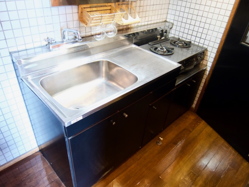 キッチン。レトロ感溢れるキッチン台。ARK HOUSE 8C2