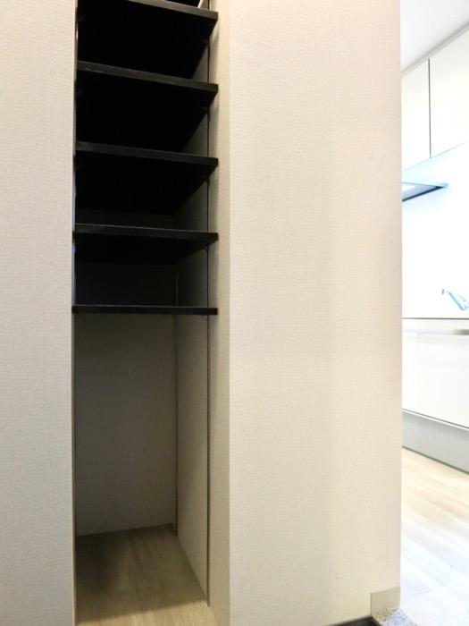 玄関。上質なタイルの床です。AZUR YABACHO 3C号室。上品なホワイトの中で。0