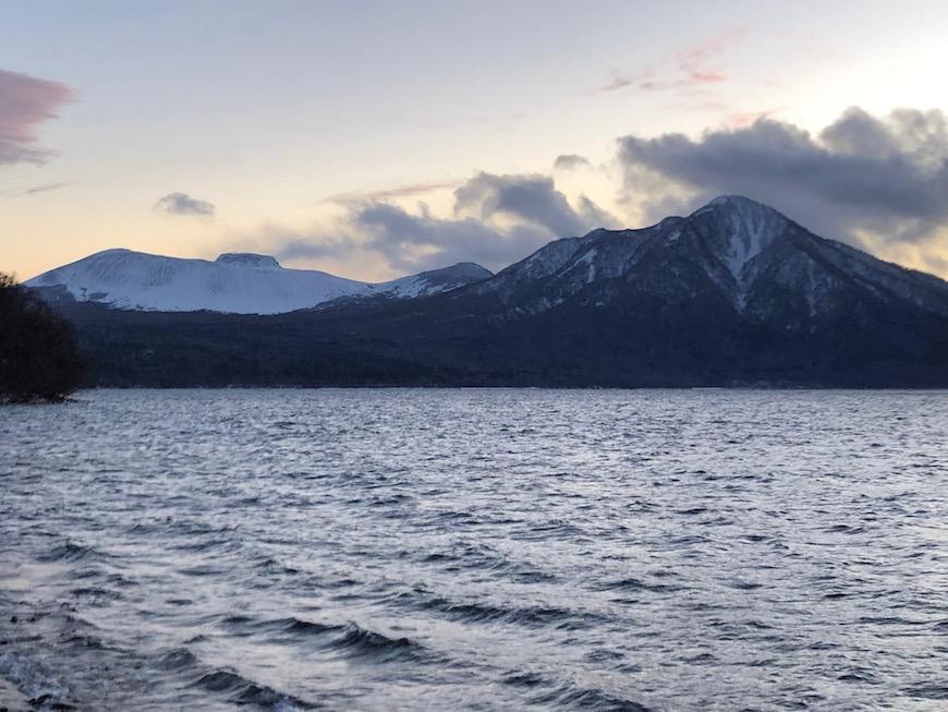 夕暮れ時の樽前山(左側)と風不死岳(右側) 時間帯によって印象が異なります。_IMG_7411