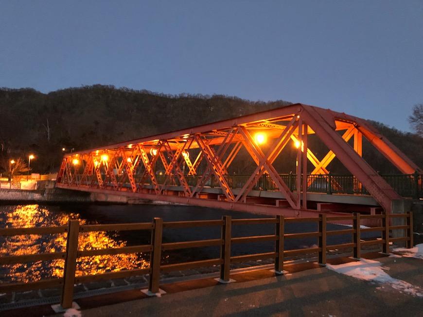 支笏湖に流れ込む千歳川に架かる山線鉄橋  もともとは、明治32年に北海道官設鉄道上川線に「第一空知川橋梁」として空知川に架けられていたものが、  大正12年に王子製紙の専用軽便鉄道として現在の場所に移された、英国製ダブルワーレントラス橋だそうです。_IMG_7450
