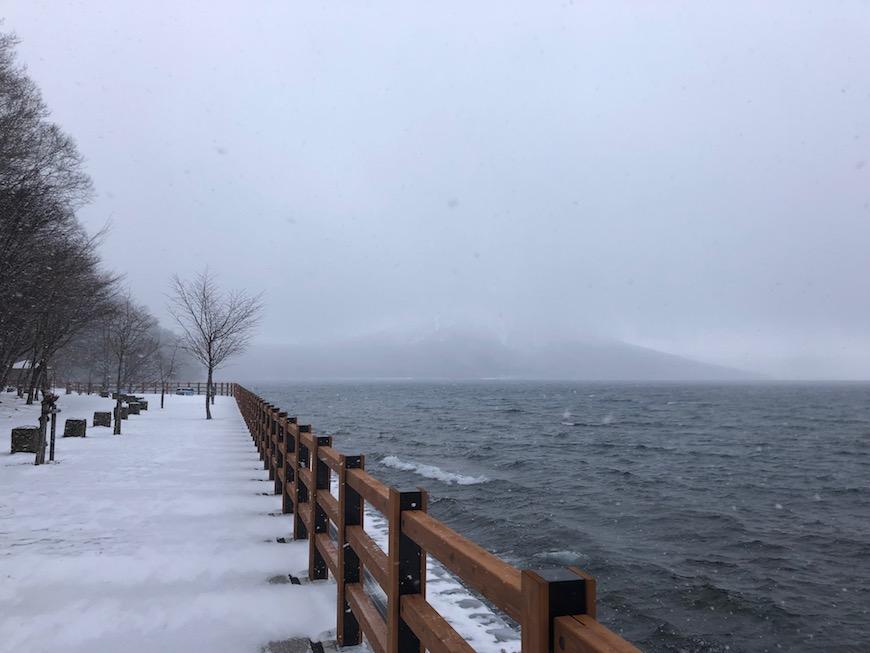 2日目の支笏湖畔は雪が舞いました。手がかじかみます(^_^;_IMG_7459