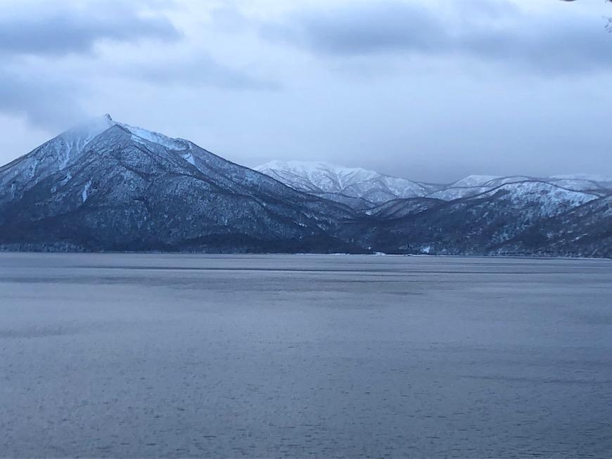 支笏湖畔を歩くと、対岸に恵庭岳を眺めながらの静寂の世界。_IMG_7497
