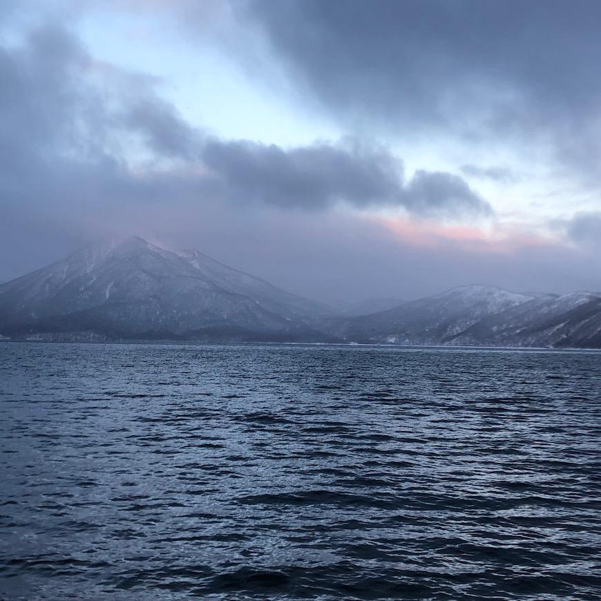日の出時の朝日に照らされる空と恵庭岳。夜が開ける瞬間の幻想的な風景。_IMG_7504