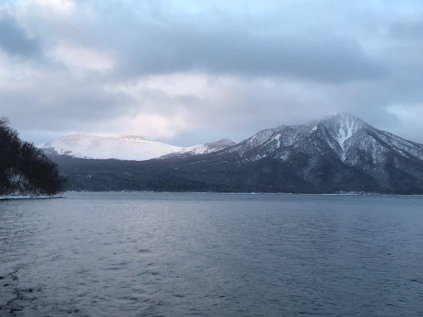 日の出の時間帯の樽前山(左側)と風不死岳(右側)_IMG_7508