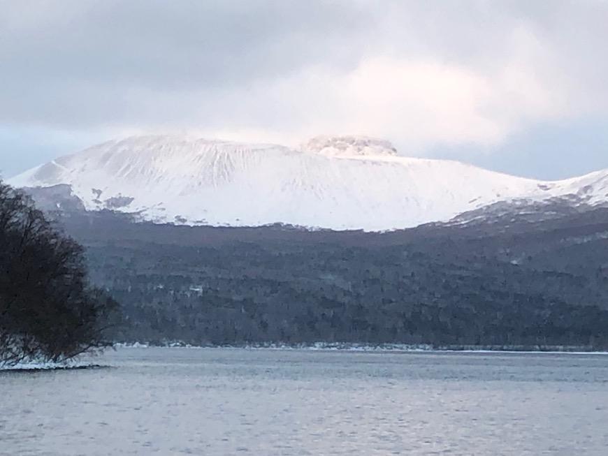 支笏湖畔から見える山々の中で、頂上に最も白く雪を頂く樽前山。勇壮な姿です。_IMG_7509
