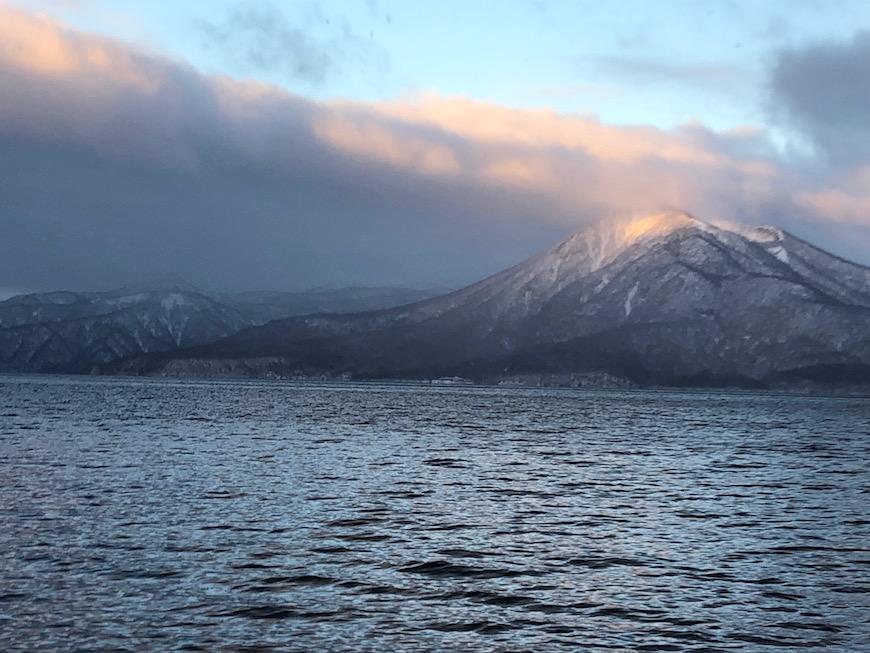 ほんの数分後の恵庭岳。山頂に朝日を浴びて、1日の始まりのエネルギー感じます。_IMG_7513