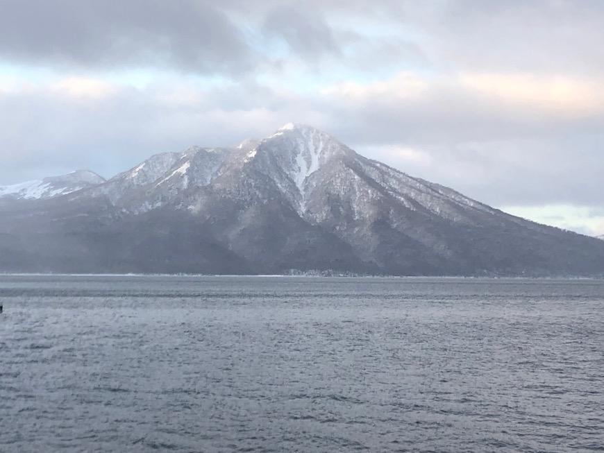 支笏湖と対岸に見える山は恵庭岳。すがすがしい姿です。_IMG_7518
