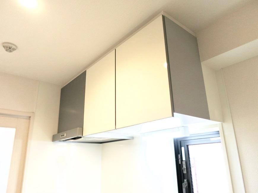 キッチンスペース。鮮やかで上品な空間。AZUR YABACHO 3C号室。上品なホワイトの中で。1