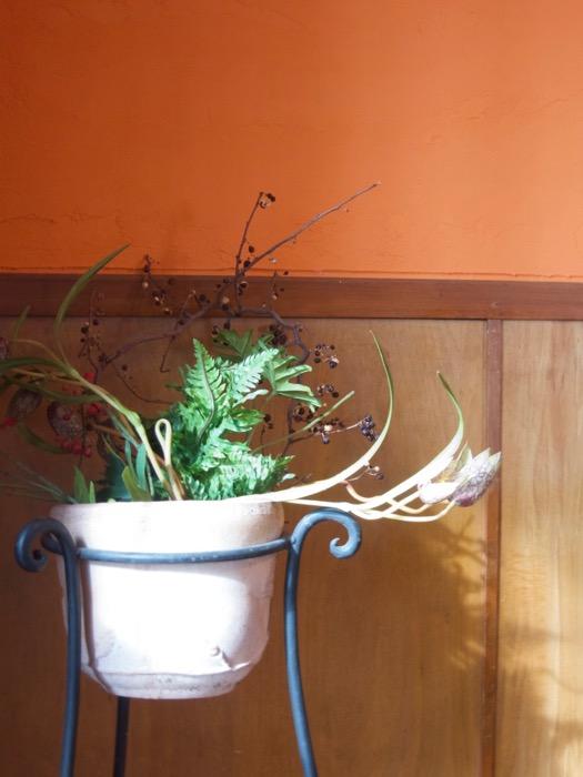 6帖の洋室。オレンジ色の漆喰の壁と味わいある腰壁。ARK HOUSE 8C18