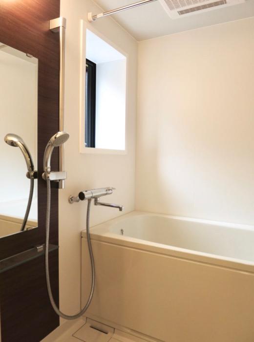 バスルーム。AZUR YABACHO 3C号室。上品なホワイトの中で。10