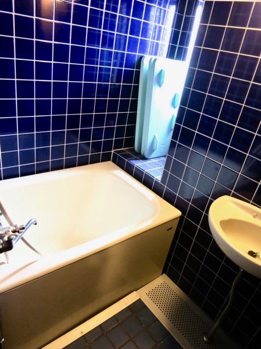 バスルーム。ブルーのタイルが鮮やかです。 ARK HOUSE 8C4