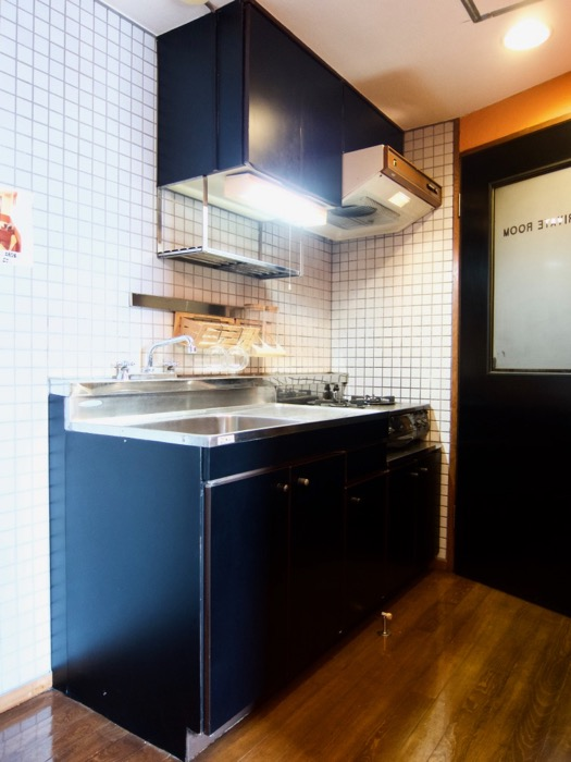 キッチン。レトロ感溢れるキッチン台。ARK HOUSE 8C0