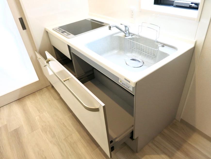 キッチンスペース。鮮やかで上品な空間。AZUR YABACHO 3C号室。上品なホワイトの中で。2