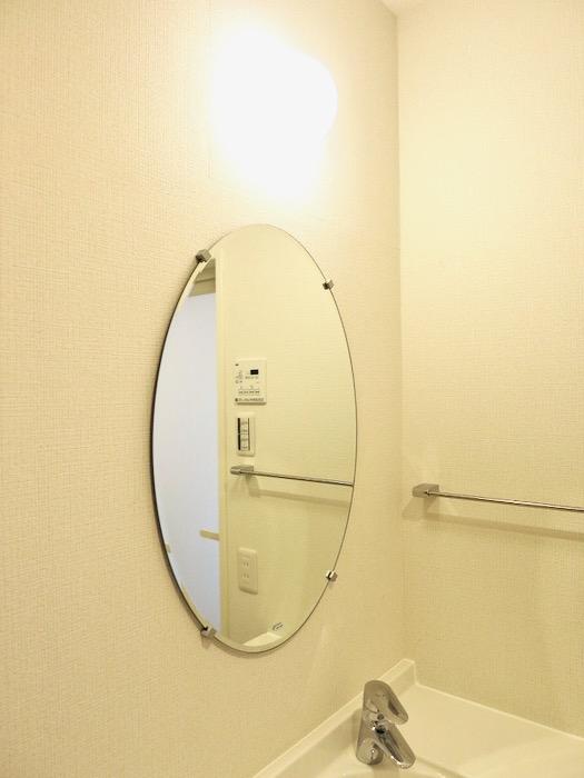 サニタリールーム。お手入れしやすいコーティング仕様。AZUR YABACHO 3C号室。上品なホワイトの中で。1