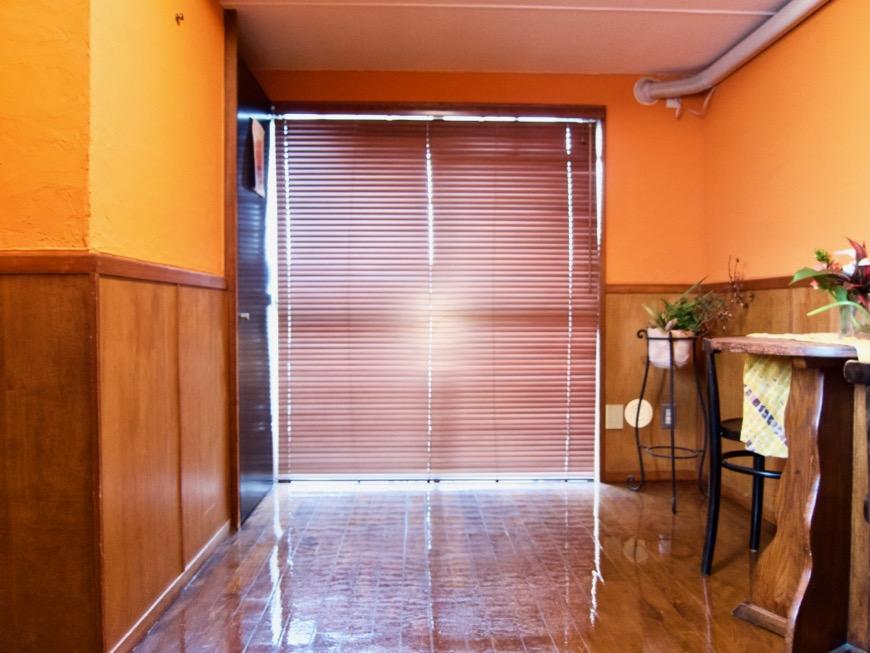 6帖の洋室。オレンジ色の漆喰の壁と味わいある腰壁。ARK HOUSE 8C12