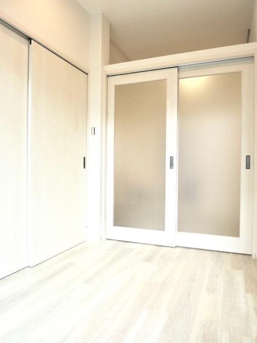 3.6帖の洋室。AZUR YABACHO 3C号室。上品なホワイトの中で。0