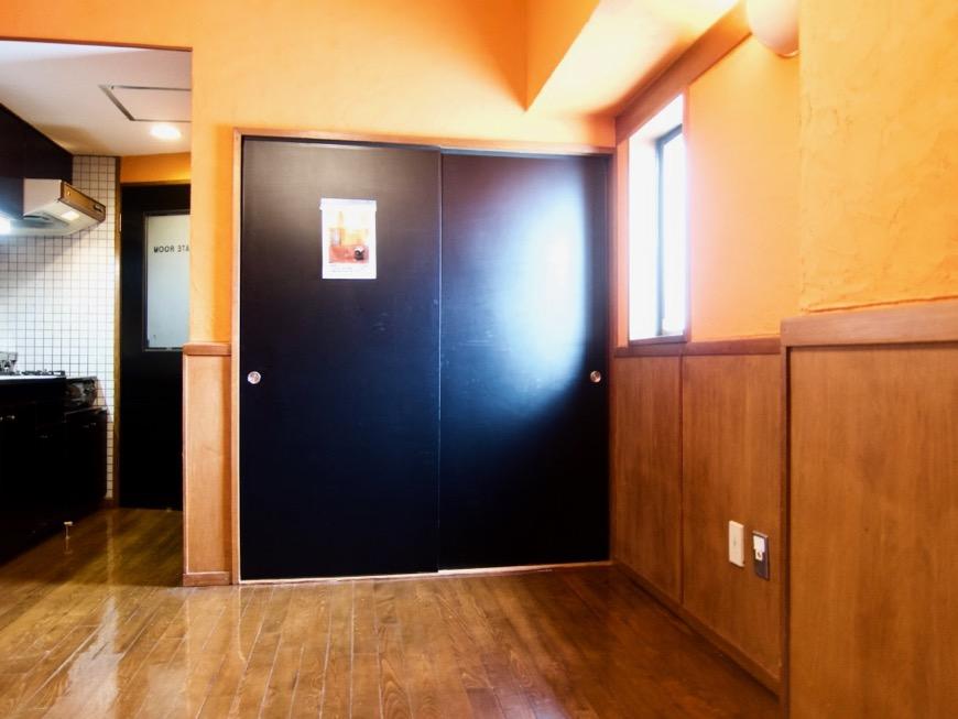 6帖の洋室。ダークブルーの扉。収納。ARK HOUSE 8C0
