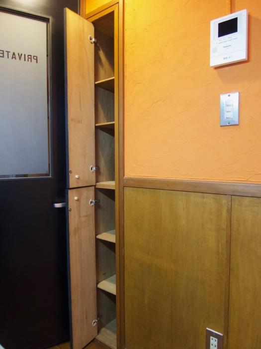 プライベートルームお洒落な扉。ダークブルーの扉。収納。ARK HOUSE 8C3