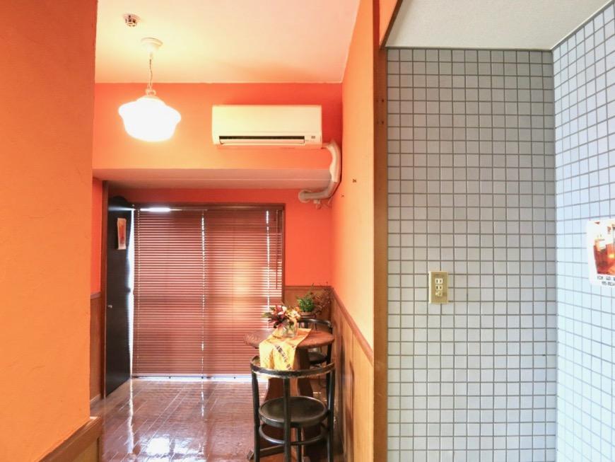 6帖の洋室。オレンジ色の漆喰の壁と味わいある腰壁。ARK HOUSE 8C24