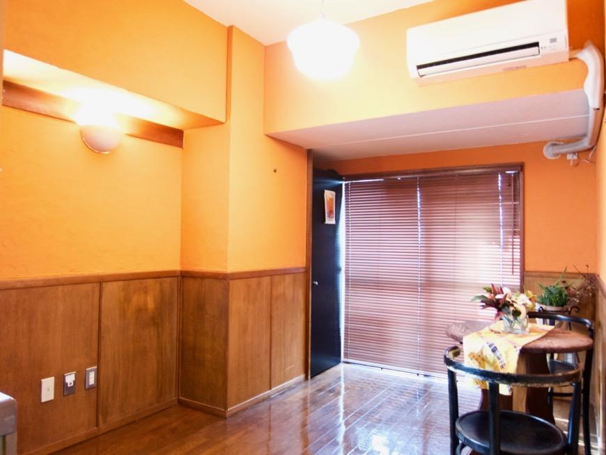 6帖の洋室。オレンジ色の漆喰の壁と味わいある腰壁。ARK HOUSE 8C0