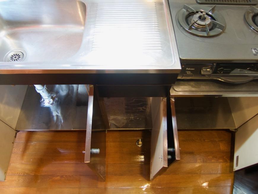 キッチン。レトロ感溢れるキッチン台。ARK HOUSE 8C7