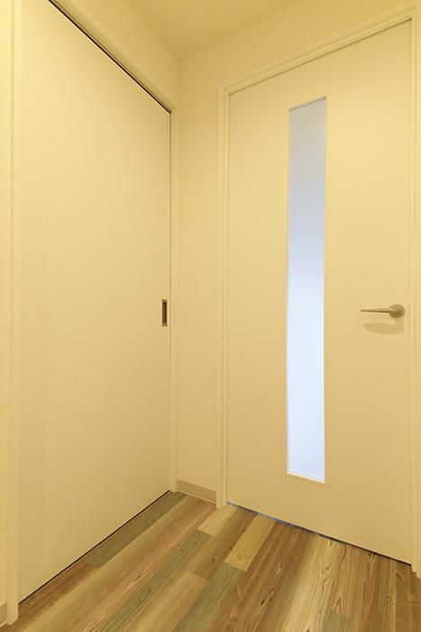 本山【平和第2マンション】2E号室_洋室・LDKへのドア_MG_4762