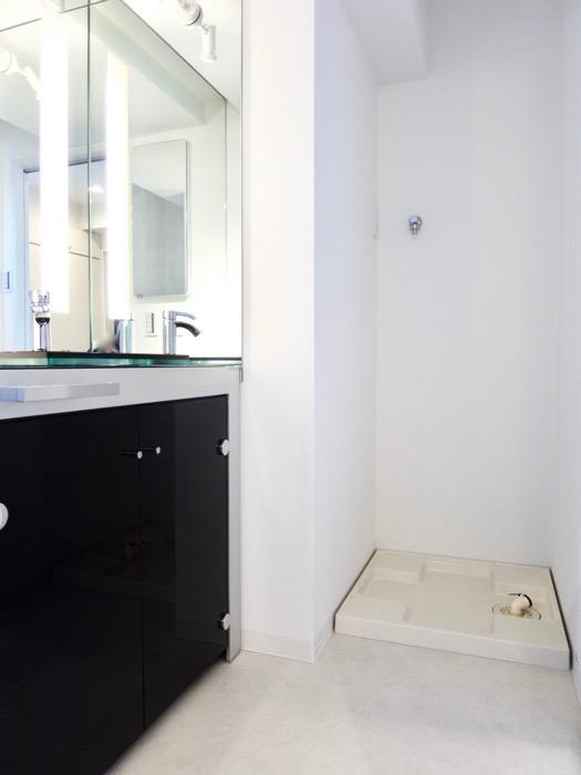サニタリールーム。鏡が美しい。 スタイリッシュ&クールな空間。 FIRST RESIDENCE SAKAE0