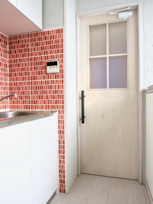 1F モザイクタイルのキッチン。BOX HOUSE 5B号室3