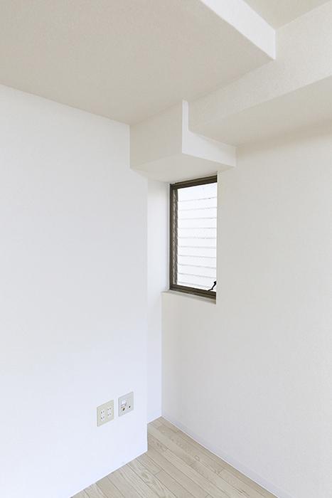 【ビアンカーサ】605号室_洋室_お部屋の隅にも小さな窓_MG_8292