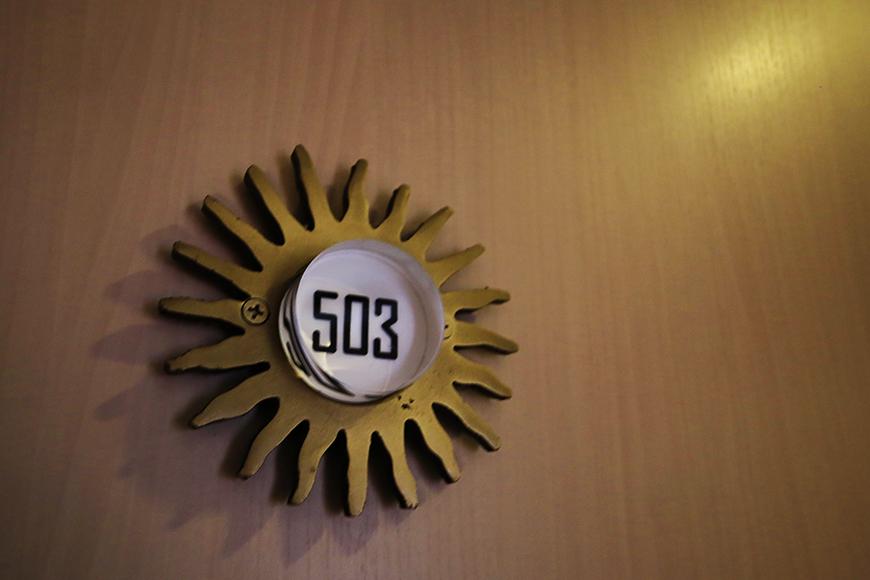 【丸の内セントラルハイツ】503号室_玄関周り_太陽型のルームナンバー_MG_6456