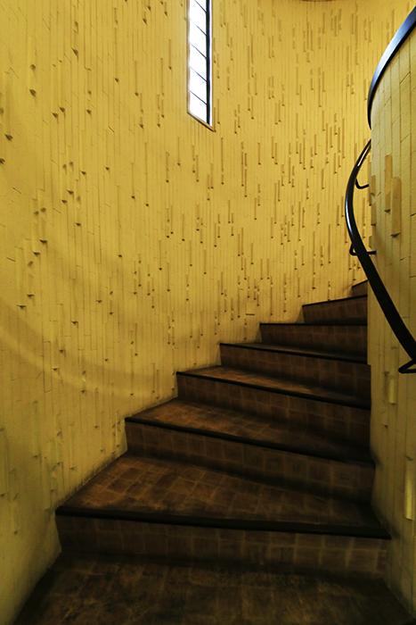 【ビアンカーサ】共有部_地上階への階段_MG_8771