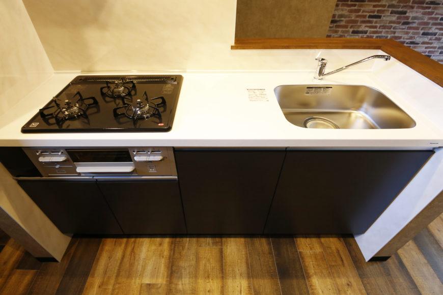キッチンカウンター付きの三口コンロシステムキッチンです。