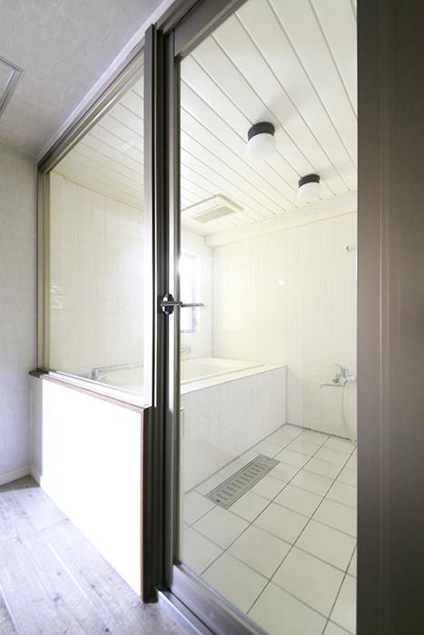 【ビアンカーサ】701号室_水回り_バスルームへのドア_MG_8526