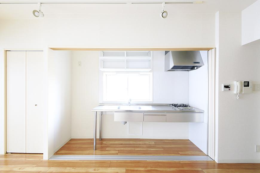 【丸の内セントラルハイツ】805号室_洋室_キッチン_仕切りドアがあります_MG_5774