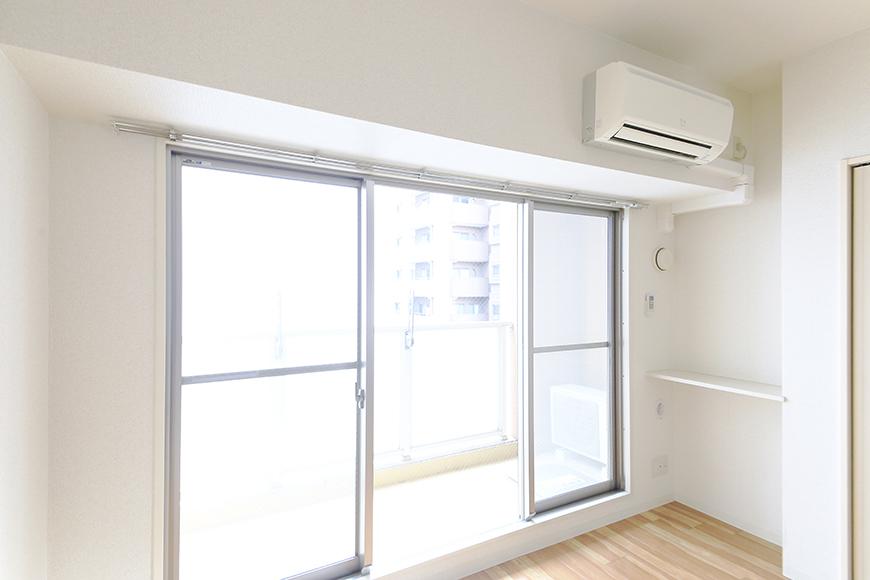 【丸の内セントラルハイツ】805号室_洋室_大きな窓のそばにエアコン完備_MG_5797