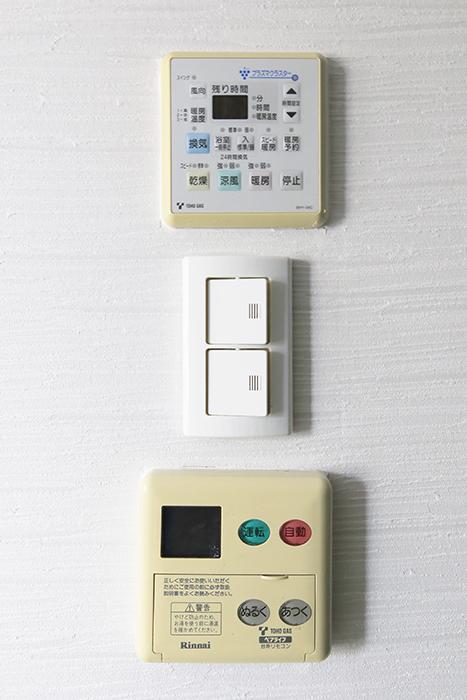 【ビアンカーサ】701号室_水回りへのドア近くに給湯などのコンパネ類_MG_8382