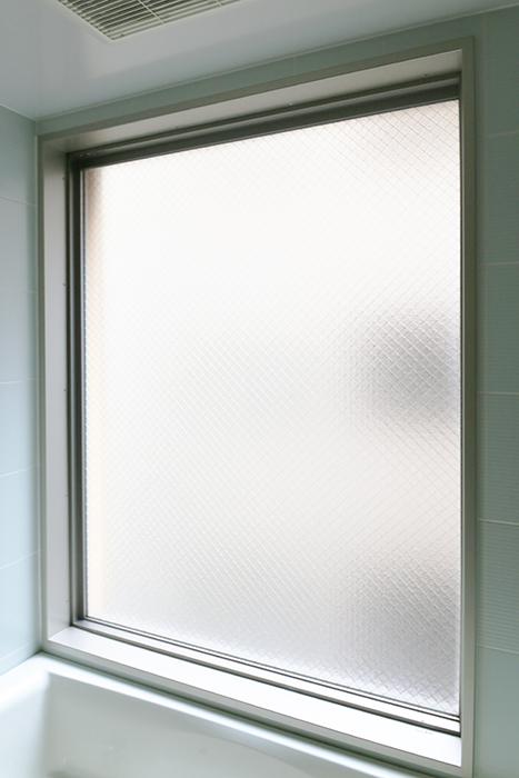 【丸の内セントラルハイツ】503号室_水周り_バスルーム_光を多く取り込む窓_MG_6440