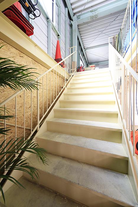 【バイクガレージNAGOYA勝川】一階_二階への階段_MG_9126