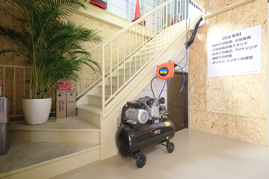 【バイクガレージNAGOYA勝川】一階_二階への階段付近_MG_8981