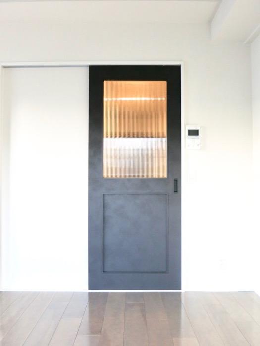 洋室7.49帖。お洒落な扉がアクセント。外観・共有 unroom404号室6