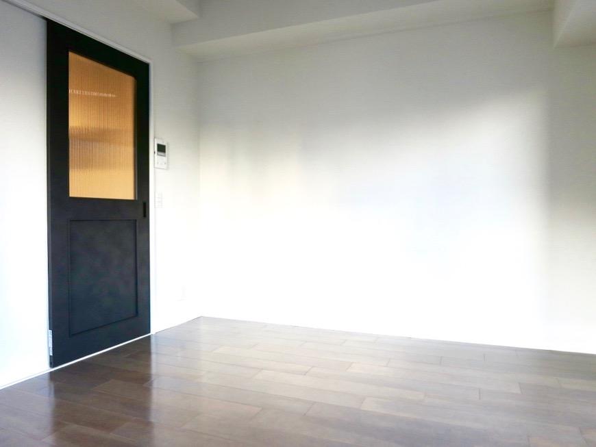 洋室7.49帖。お洒落な扉がアクセント。外観・共有 unroom404号室3