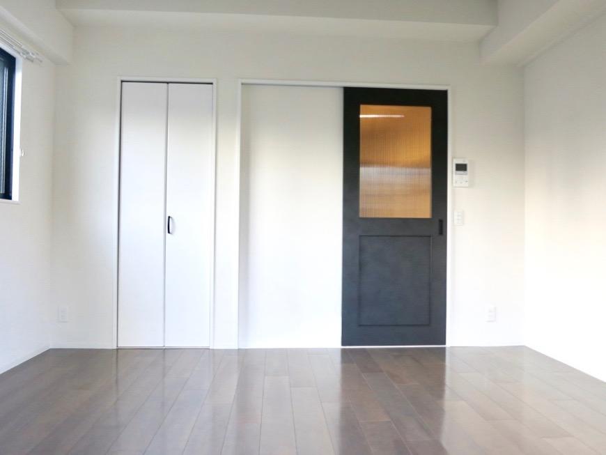 洋室7.49帖。お洒落な扉がアクセント。外観・共有 unroom404号室2