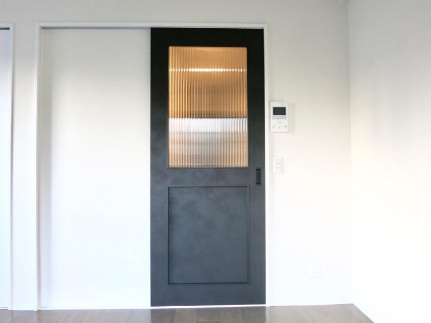 洋室7.49帖。お洒落な扉がアクセント。外観・共有 unroom404号室8