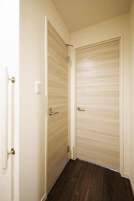 勝川【Parfum(パルファン)】101号室_廊下_トイレ・洋室(6.3帖)へのドア_MG_4328