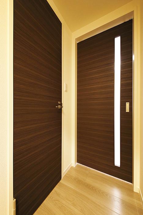 勝川【Parfum(パルファン)】102号室_トイレ・LDKへのドア_MG_4944