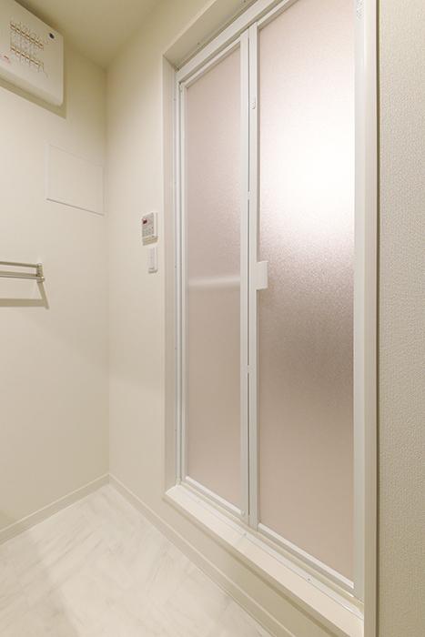 勝川【Parfum(パルファン)】301号室_水周り_バスルームへのドア_MG_5733